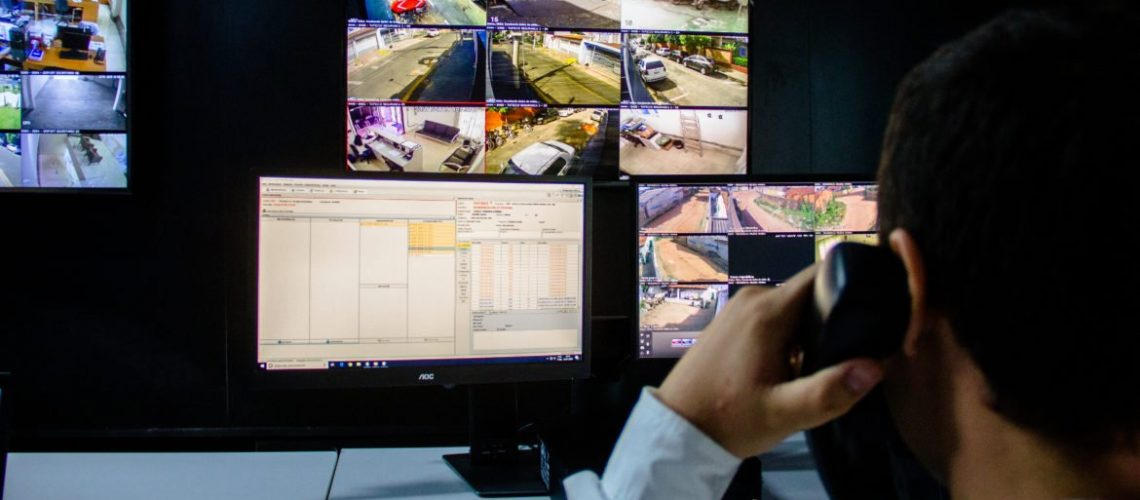 Vigia controlando câmeras de vigilância e monitoramento em condomínios fechados